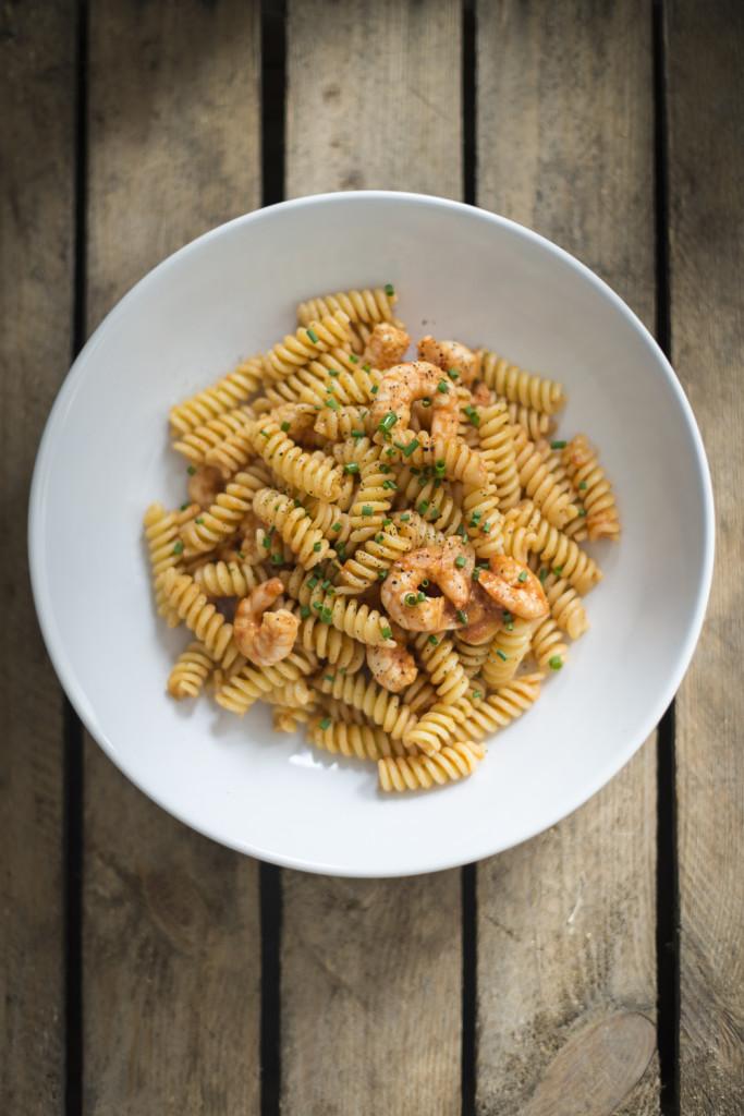 Nudeln mit Garnelen und Tomatensauce